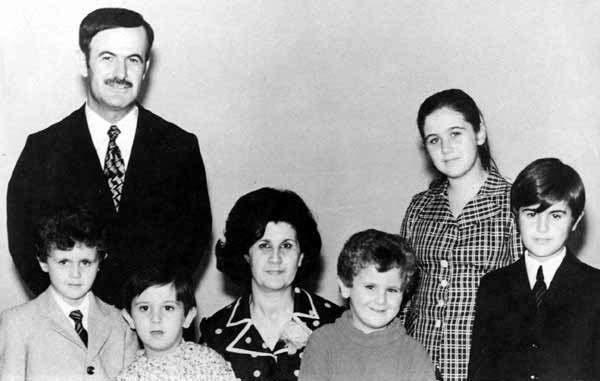 Hafez al Assad, con su familia, a principios de los setenta: De izquierda a derecha, Bashar, Maher, Anisa Makhlouf (la esposa de Hafez), Majd, Bushra y Basil