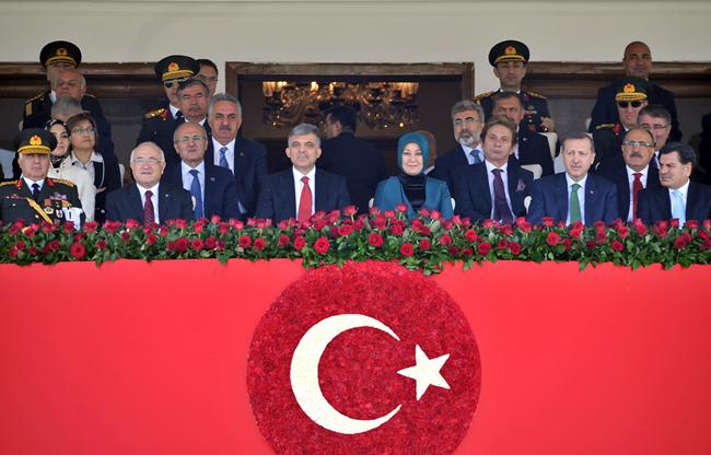 El presidente de Turquía, Abdullah Gül, y su esposa, Hayrünnisa Gül, junto al primer ministro, Recep Tayyip Erdogan, en el desfile militar del 89 aniversario de la fundación de la república. Foto: Presidencia de Turqiuía