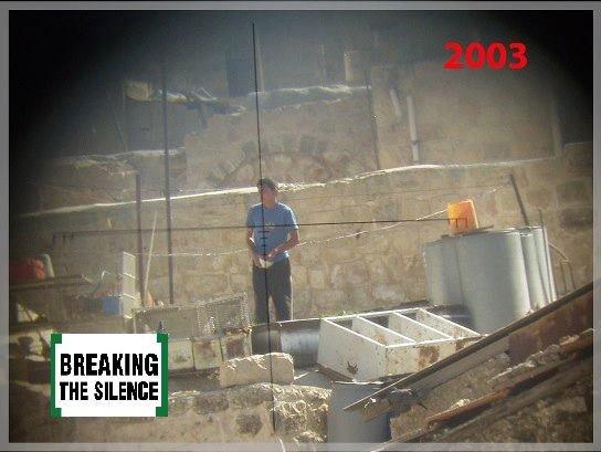 Un palestino, en el punto de mira de un soldado israelí, en Hebrón, Cisjordania, en 2003. Foto: Breaking the Silence