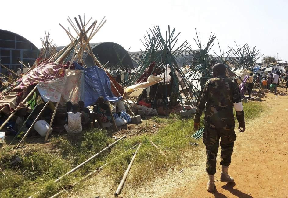 Civiles refugiados en un recinto de la misión de la ONU en Sudán del Sur (UNMISS), a las afueras de Yuba. Foto: Julio Brathwaite / UN