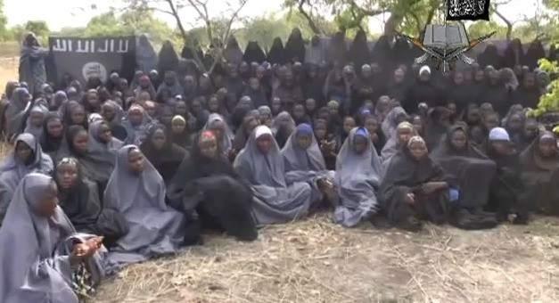 Mujeres secuestradas por Boko Haram, en una imagen de un vídeo difundido por el grupo extremista